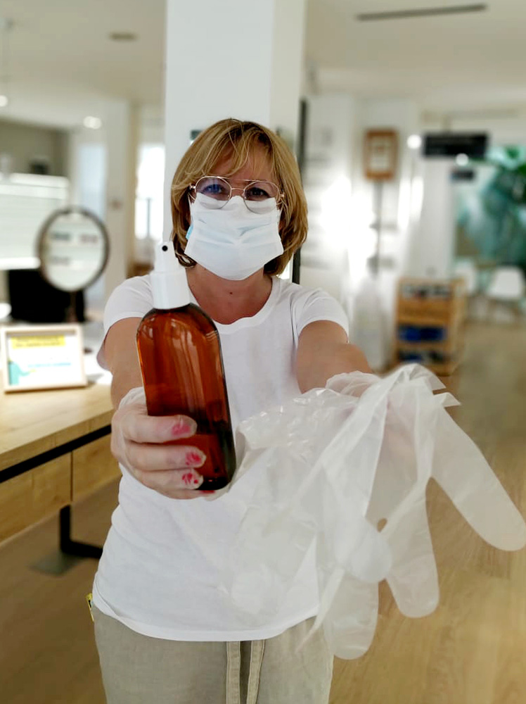 Desinfección y entrega de guantes